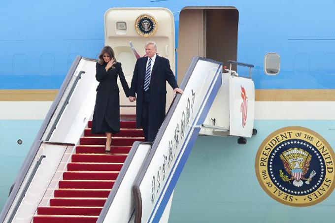 Vợ chồng ông Trump dắt tay nhau dạo Tử Cấm Thành