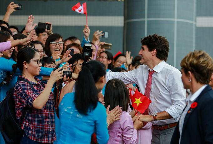 """<p> Nữ sinh Ánh Nguyệt cho biết đã chờ ông Trudeau từ 12h30. """"Thật hãnh diện và vinh dự khi được gặp Thủ tướng Canada. Ông ấy thật đẹp trai, thanh lịch"""", cô nói, cười tươi.</p>"""