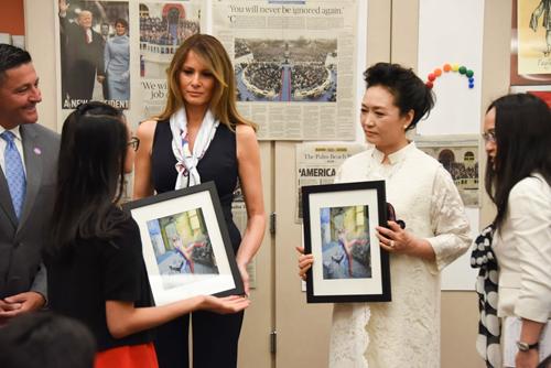 Bà Melania và bà Bành Lệ Viện thăm trường học ở Florida, Mỹ ngày 7/4. Ảnh: AFP.