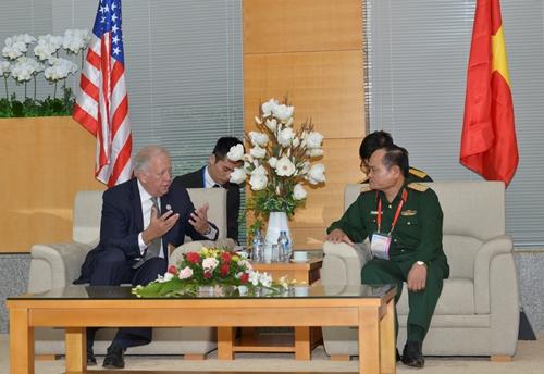 Thượng tướng Nguyễn Phương Nam, Phó tổng Tham mưu trưởng Quân đội Nhân dân Việt Nam, và Thứ trưởng Ngoại giao Mỹ phụ trách các vấn đề chính trị Thomas A. Shannon Jr.