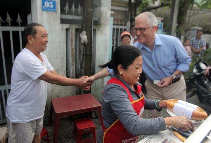 Thủ tướng Australia ăn bánh mì quán vỉa hè Đà Nẵng