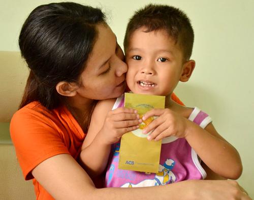 Sau gần một năm bị tạm giam, Trúc vui mừng gặp lại con trai khi được cho tại ngoại. Ảnh: Trần Duy.