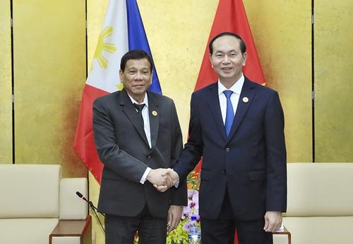 Tổng thống Philippines Rodrigo Duterte và Chủ tịch nước Trần Đại Quang bắt tay tại Đà Nẵng. Ảnh: TTXVN.