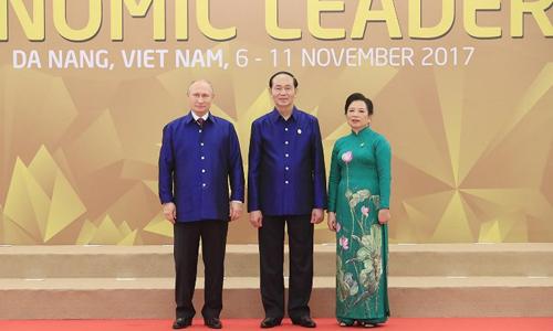 Chủ tịch nước Trần Đại Quang và phu nhân chụp ảnh cùng Tổng thống Nga Putin trong lễ đón chính thức các lãnh đạo APEC. Ảnh: AFP.