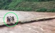 Hàng chục trẻ em la hét trên cầu bị lũ cuốn trôi ở Lai Châu