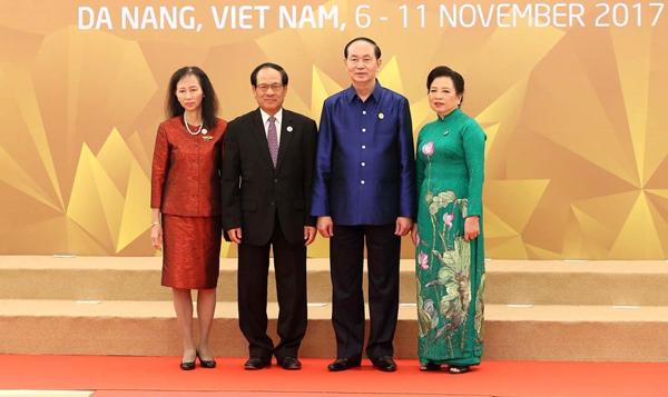 Chủ tịch nước Trần Đại Quang và Phu nhân đón Tổng Thư ký ASEAN Lê Lương Minh và Phu nhân đến dự Tiệc chiêu đãi.