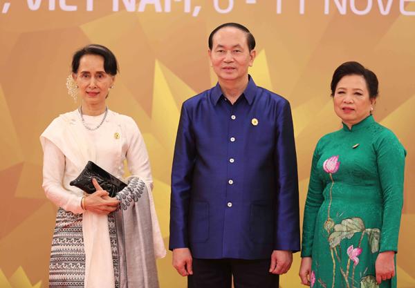 Chủ tịch nước Trần Đại Quang và Phu nhân đón Cố vấn Nhà nước Myanmar, bà Aung San Suu Kyi.