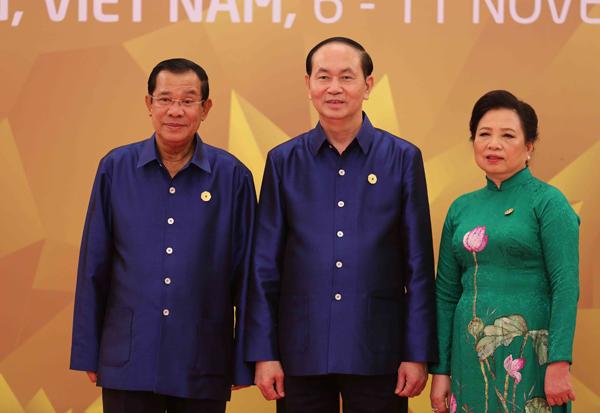 Chủ tịch nước Trần Đại Quang và Phu nhân đón Thủ tướng Campuchia Samdech Techo Hun Sen.