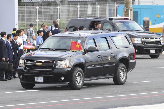 Mật vụ Mỹ cất súng, bắt tay nhau khi ông Trump rời Đà Nẵng