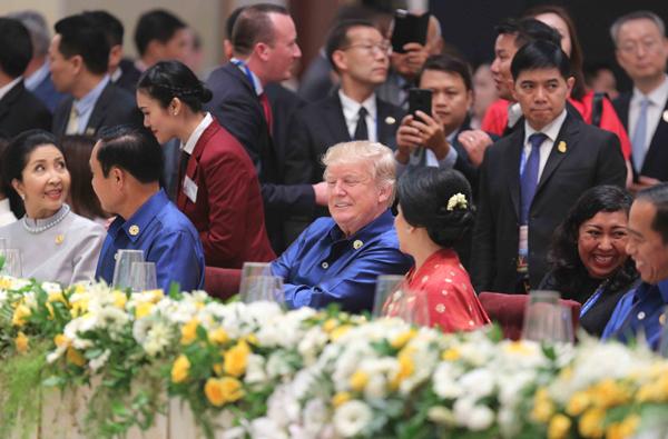 Tổng thống Mỹ Donald Trump và các nhà lãnh đạo APEC dự Tiệc chiêu đãi.