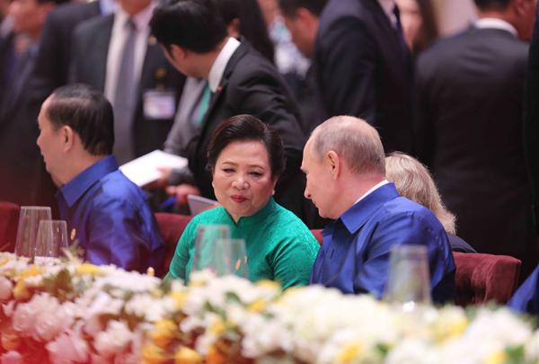 Tổng thống Nga Vladimir Putin (bên phải) và Phu nhân Chủ tịch nước Trần Đại Quang tại buổi tiệc chiêu đãi.