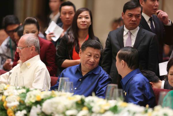 Chủ tịch nước Trần Đại Quang (bên phải) và Chủ tịch Trung Quốc Tập Cận Bình (giữa) tại buổi tiệc chiêu đãi.