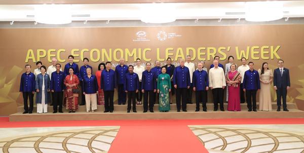 Chủ tịch nước Trần Đại Quang và Phu nhân chụp ảnh chung với Lãnh đạo các nền kinh tế thành viên APEC và Phu nhân.