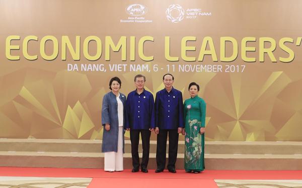 Chủ tịch nước Trần Đại Quang và Phu nhân đón Tổng thống Hàn Quốc Moon Jae-in và Phu nhân.