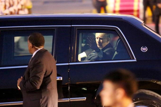 Ông Trump rời máy bay về khách sạn trung tâm Hà Nội