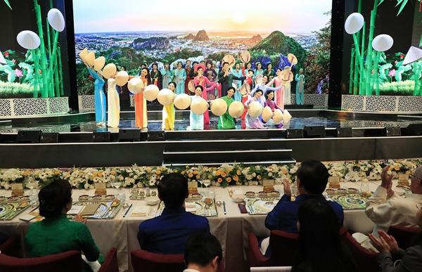 Một màn trình diễn nghệ thuật của các nghệ sĩ với hình ảnh nền là danh lam thắng cảnh Việt Nam tại tiệc chiêu đãi các nhà lãnh đạo APEC.