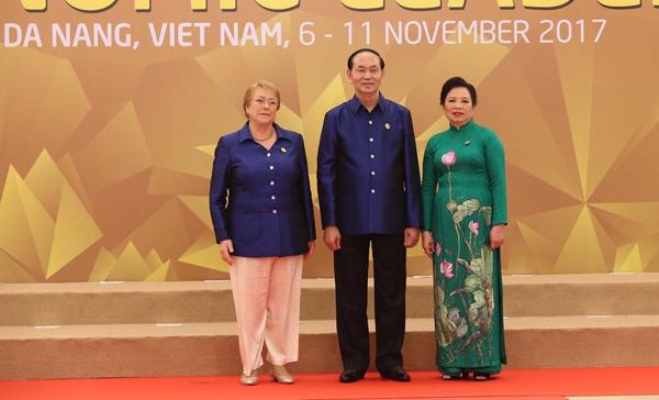 Chủ tịch nước Trần Đại Quang và Phu nhân đón Tổng thống Chile Michelle Bachelet.