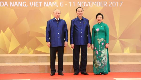 Chủ tịch nước Trần Đại Quang và Phu nhân đón Tổng thống Nga Vladimir Putin.