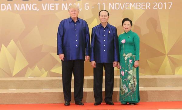 Chủ tịch nước Trần Đại Quang và Phu nhân đón Tổng thống Hoa Kỳ Donald Trump.