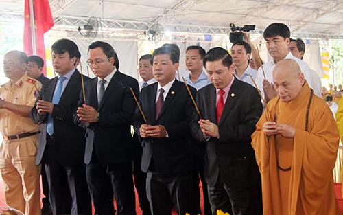 Bộ trưởng giao thông Nguyễn Văn Thể thắp hương tưởng niệm các nạn nhân tai nạn giao thông. Ảnh: Nguyệt Triều
