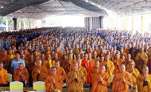 10.000 người tham dự lễ cầu siêu cho các nạn nhân bị tai nạn giao thông. Ảnh: Nguyệt Triều.