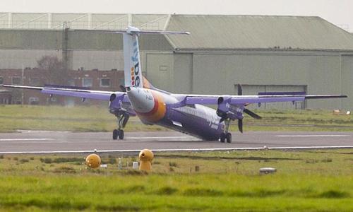 May bay hạ cánh với bánh trước của máy bay không hoạt động. Ảnh: Belfast.