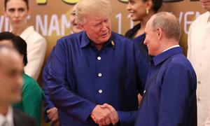 Những cử chỉ thân mật của Trump và Putin tại APEC