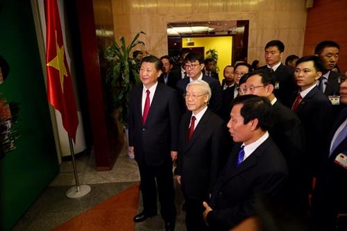 Tổng bí thư Nguyễn Phú Trọng và Tổng bí thư, Chủ tịch Trung Quốc Tập Cận Bình cùng tới thăm triển lãm nhiếp ảnh mang tên Trung Quốc tươi đẹp tại Hà Nội.