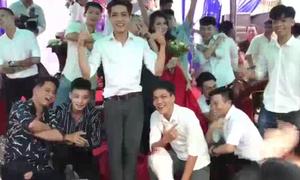 Màn trình diễn đám cưới ấn tượng của các trai làng