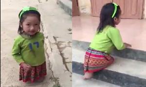 Bé gái cụt 2 chân leo bậc thềm vào lớp học ở Sơn La