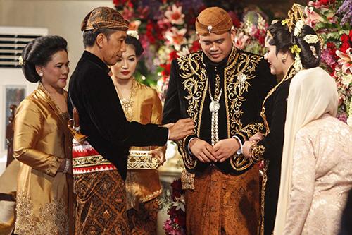 Tổng thống IndonesiaJoko Widodo tại lễ cưới của con gái duy nhấtKahiyang Ayu (ngoài cùng bên phải). Ảnh:Antara