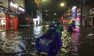 Đường phố ở Huế biến thành 'sông' sau mưa lớn