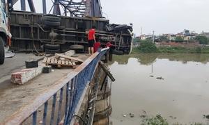 Xe tải húc bay lan can cầu sau tai nạn