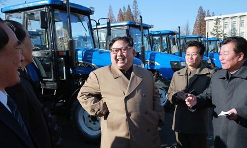 Ông Kim Jong-un thăm nhà máy sản xuất máy kéo. Ảnh: Yonhap.