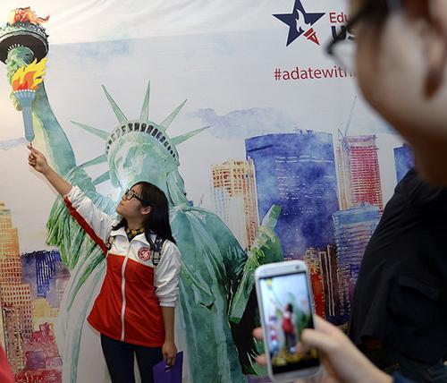Một người tham dự sự kiện về du học Hoa Kỳ chụp ảnh tại sự kiện.
