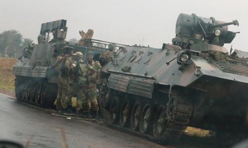 Xe bọc thép và binh sĩ Zimbabwe ở ngoại ô thủ đô Harare ngày 14/11. Ảnh: Reuters.