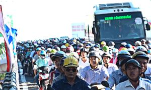 Kẹt xe kéo dài ngày đầu thông cầu ở vòng xoay lớn nhất TP HCM