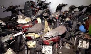 Hơn trăm xe máy bị vứt bỏ trong bến xe ở Sài Gòn
