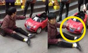 Người phụ nữ Trung Quốc 'ăn vạ' vì bị xe đồ chơi đâm trúng