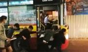 Chục sinh viên đẩy buýt Hà Nội chết máy giúp đường thông thoáng