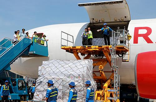 Máy bay chở 17 tấn hàng cứu trợ của ASEAN đến Cam Ranh