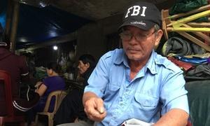 Người đàn ông 38 năm hành nghề vá áo mưa ở Huế