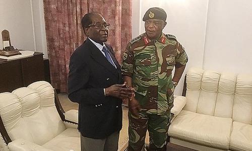 Ông Mugabe và ông Chiwenga trong cuộc họp ngày 16/11. Ảnh: The Herald.