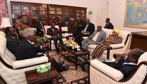 Tổng thống Zimbabwe Robert Mugabe và chỉ huy quân đội Constantino Chiwenga trong cuộc họp tại văn phòng tổng thống ở thủ đô Harare ngày 16/11. Ảnh: The Herald.