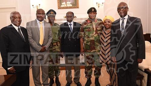 Những người tham gia cuộc họp tại văn phòng tổng thống Zimbabwe ngày 16/11. Ảnh: The Herald.