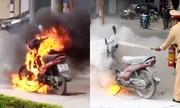 Cảnh sát dùng bình chữa cháy cứu xe máy bị đốt cháy