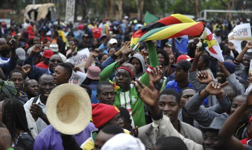hang-nghin-nguoi-bieu-tinh-yeu-cau-tong-thong-zimbabwe-tu-chuc
