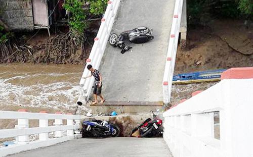 Hiện trường vụ sà lan tông sập cầu Cái Trăng làm 6 người bị thương. Ảnh: Phúc Hưng.