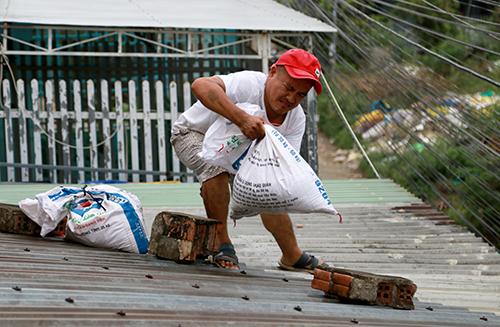 Người dân Nha Trang chằng chống nhà cửa, chiều 18/8. Ảnh: Xuân Ngọc