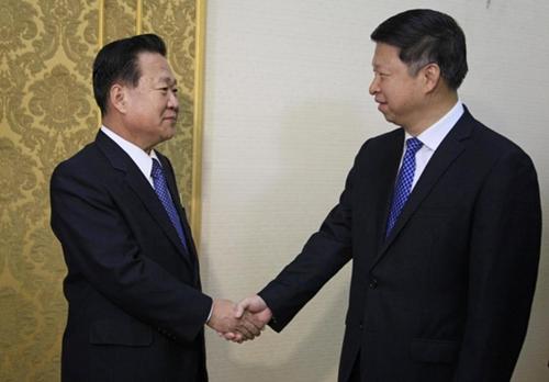Ông Tống Đào (phải) bắt tay ông Choe Ryong-hye. Ảnh: AP.